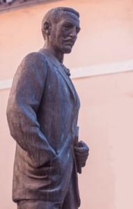 Estatua de Ceferino Isla, creador del auténtico Pionono de Santa Fe